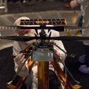 Mars 2020 – vaše jméno může být součástí průzkumného roveru - 1024px-PIA23153-BuildingMars2020Rover-AttachingHelicopter-20190828