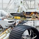 Mars 2020 – vaše jméno může být součástí průzkumného roveru - 1024px-PIA23372-16-BuildingMars2020Rover-AttachingHelicopter-20190828