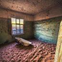 Kolmanskop – německé město duchů uprostřed namibijské pouště - 5-ruins-of-the-mining-town-kolmanskop-in-the-namib-desert-near-luderitz-in-namibia-miroslav-liska