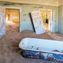 Kolmanskop – německé město duchů uprostřed namibijské pouště - shutterstock_abandoned_building_being_taken_over_by_sand_Kolmanskop_ghost_town_Kanuman