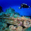 Atol Truk – největší podmořské pohřebiště válečných vraků - tank-wreck-and-diver-e1435012152897