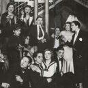 Le Monocle – nejslavnější lesbický podnik divoké Paříže 20. let - Lesbian couple at Le Monocle, Paris, 1932 (5)