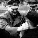 """Pět dní před svou smrtí ocenil Hitler malé """"vojáky"""" - 800px-adolf_hitler_spricht_alfred_czech_mut_und_zuversicht_zu_20._marz_1945"""