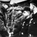 """Pět dní před svou smrtí ocenil Hitler malé """"vojáky"""" - Der_Führer_gratuliert_im_Hof_der_Reichskanzlei_Ende_März_1945_dem_12jährigen_Hitlerjungen_Alfred_Czech_links_neben_Alfred_ist_Wilhelm_Hübner_einer_der_Helden_von_Lauban"""