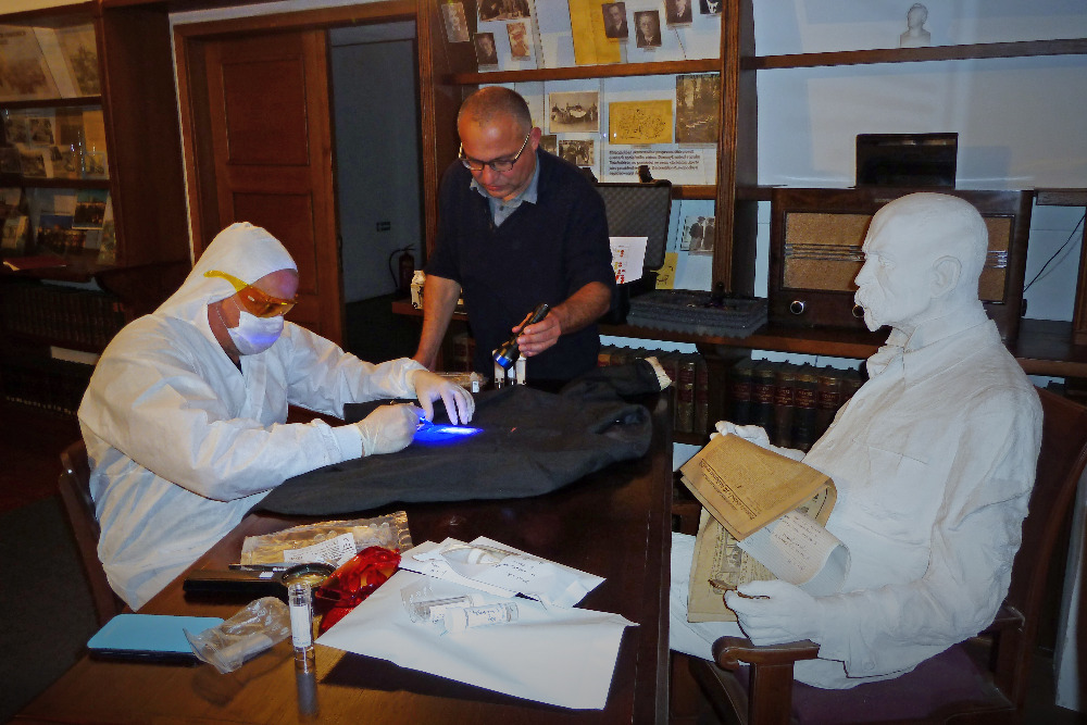 Genetik Daniel Vaňek společně s Davidem Vondráčkem odebírají biologické stopy z nikdy neprané unifotmy TGM