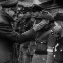 """Pět dní před svou smrtí ocenil Hitler malé """"vojáky"""" - Willi_Hübner_Hitler_1945"""