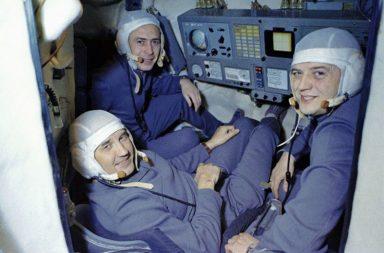 Posádka kosmické lodi Sojuz 11 v simulátoru.