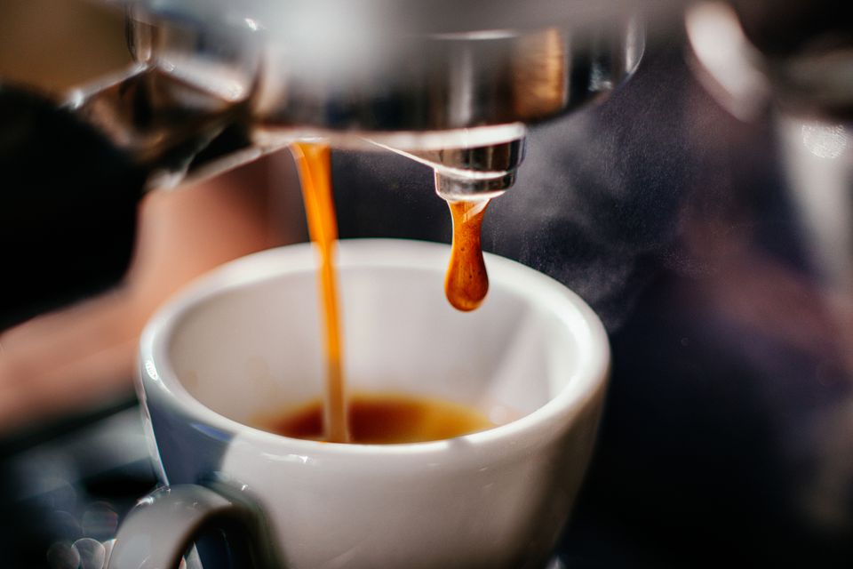 Alespoň jednou za rok si kávu dopřeje 95 % Čechů. Z průzkumu pravidelných uživatelů kávy pak plyne, že 65 % Čechů pije kávu ráno, 5 % během dopoledních hodin a 30 % po obědě.