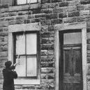"""Bizarní zaměstnání: budiči """"knocker-upperové"""" vám ťukali na okno, dokud jste se neprobrali - Knocker-uppers (3)"""