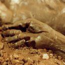 """Prohlédněte si zachovalé ostatky Grauballského muže, přezdívaného také """"mumie z bažin"""" - soft-hands-of-the-grauballe-bog-body"""