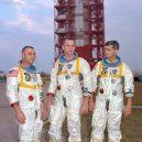 Smrt mladého kosmonauta Valentina Bondarenka zůstala dlouho úspěšně ututlána - 1024px-Apollo1-Crew_01