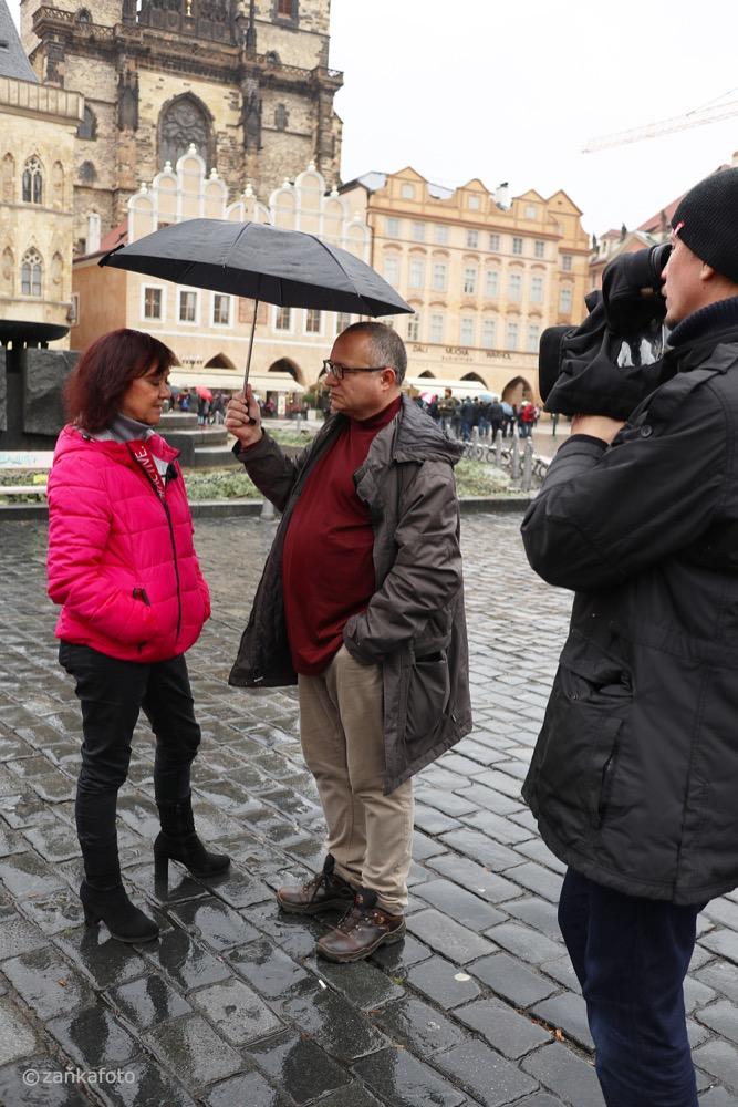 Redaktor David Vondráček v rozhovoru s komunistkou Martou Semelovou na Staroměstském náměstí, kde už v létě bude stát obnovený Mariánský sloup