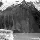 Megatsunami v aljašské zátoce Lituya roku 1958 - Lituya_Bay_rockslide_1
