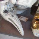 Kostým a vybavení morového doktora mu byly nejspíš k ničemu - Beak_doctor_mask