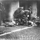 Zbytečná smrt téměř 150 dívek v plamenech továrny - photograph-of-police-officers-with-victims-of-the-triangle-shirtwaist-factory-ab1217-1600