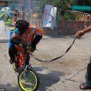 Nevinná zábava, nebo týrání zvířat? Na thajskou zoo se po zveřejnění videa s šimpanze v roušce snesla vlna nenávisti - 27212870-8220743-The_chimp_glances_over_its_shoulder_while_the_tanks_continue_to_-m-20_1586945542393