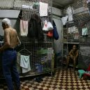 Klec jako domov – nedůstojné klaustrofobické bydlení nejchudších bohatého Hongkongu - 808f237c-gettyimages-74862490-min