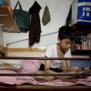 Klec jako domov – nedůstojné klaustrofobické bydlení nejchudších bohatého Hongkongu - boy-cubicle