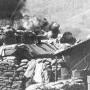 Vojenská základna Khe Sahn byla strategickým místem války ve Vietnamu. Američané jí však zničehonic opustili - Bunkr-na-základně-Khe-Sanh-a-hořící-sklad-pohoných-hmot-v-pozadí-