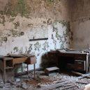Procházka opuštěnou věznicí – Eastern State Penitentiary - crumbling-jail-office