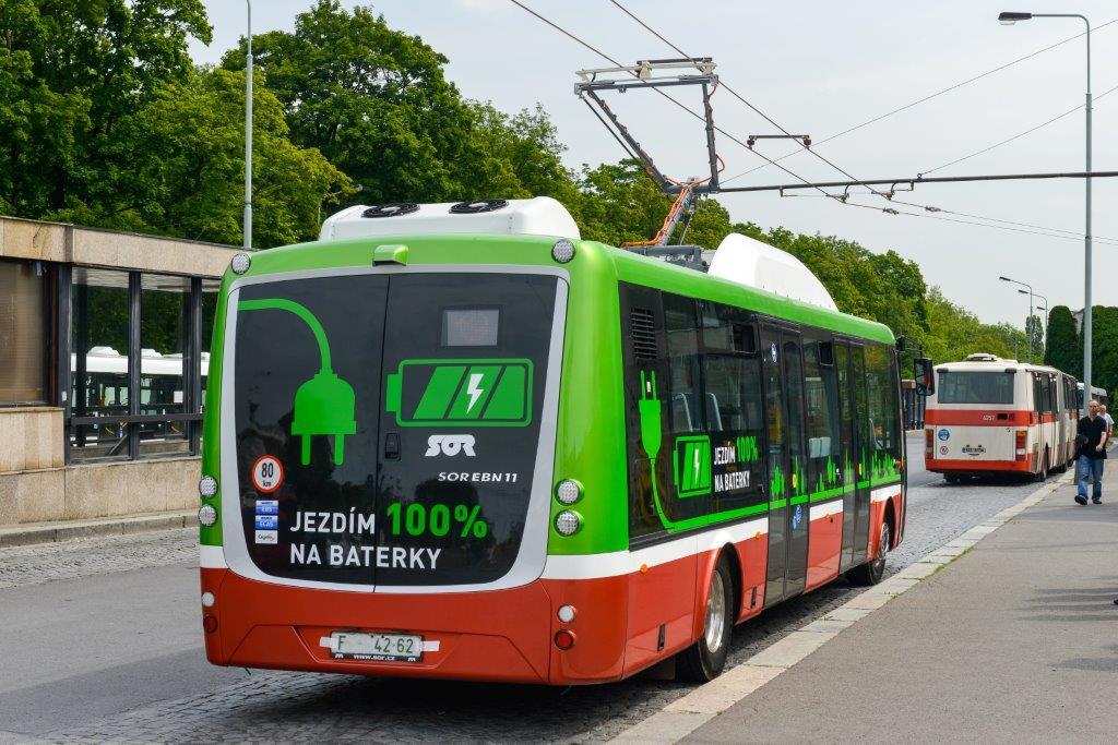 Baterky se dají nabíjet za jízdy z tramvajové troleje. Pražský dopravní podnik to testoval již před pěti lety, ale teprve letos vypsal výběrové řízení na nákup těchto strojů pro nasazení v ostrém provozu.