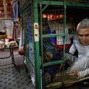 Klec jako domov – nedůstojné klaustrofobické bydlení nejchudších bohatého Hongkongu - getting-up