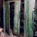 Procházka opuštěnou věznicí – Eastern State Penitentiary - green-door-closet