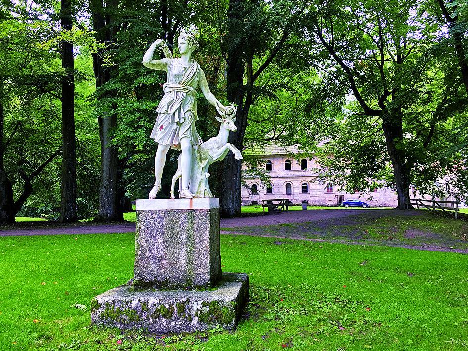 Litinová socha Diany zdobí zákoutí v zámeckém parku