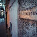 Procházka opuštěnou věznicí – Eastern State Penitentiary - old-prison-laboratory-sign