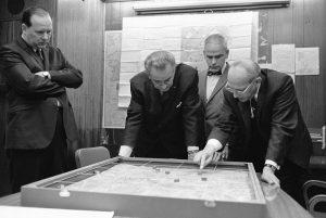 Prezident Johnson nad modelem základny Khe Sanh.
