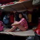 Klec jako domov – nedůstojné klaustrofobické bydlení nejchudších bohatého Hongkongu - woman-cubicle