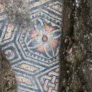 Překrásná antická podlahová mozaika se vyklubala z útrob italské vinice - Archaeologists-find-Roman-mosaic-floor-beneath-a-row-of-vines-in-Italy