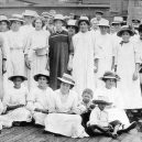 Pitcairnův ostrov – tichomořský ráj s kontroverzní minulostí - Pitcairn_Islanders,_1916