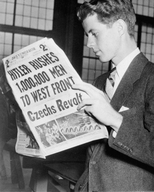 """""""Hitler posílá milion mužů na západní frontu, Češi se bouří"""" – mladý Kennedy si krátce po své návštěvě Prahy čte v Londýně britské Daily Mirror"""
