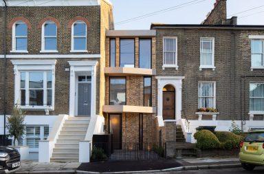 The Coach House je velice úzká, třípatrová budova, která vyplňuje prostor mezi dvěma viktoriánskými budovami v londýnské čtvrti New Cross.