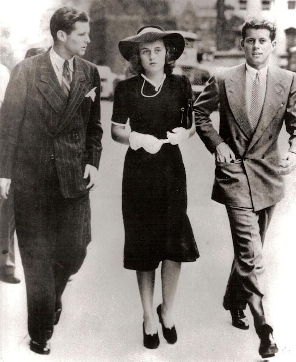 Londýn, 1. září 1939, začátek druhé světové války. JFK byl tou dobou již v Londýně a spolu se svými sourozenci Kathleen a Jackem právě spěchají na zvláštní zasedání britské dolní komory parlamentu.