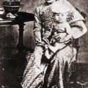 Zbytečné smrti siamské královny a jejích dvou dětí přihlíželi nečinní svědci - Kannabhorn_Bejaratana_with_Queen_Sunandha