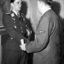 Pátý nejúspěšnější stíhací letec Luftwaffe – Walter Nowotny - 1200px-Adolf_Hitler_hands_the_award_to_Walter_Nowotny