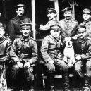 Nejbližší přítel Hitlerových předválečných let – August Kubizek, původem Čech - 1024px-Hitler_with_other_German_soldiers