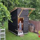 """Žádný bunkr v korunách a stromů, ale """"pořádný"""" dům – teenager ho postavil vlastníma rukama - littlehouse-02-ht-jrl-170927._16x9_992"""