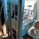 Bizarní bydlení uvnitř vyřazeného Boeingu 727 - retired-boeing-727-recycled-home-bruce-campbell-4