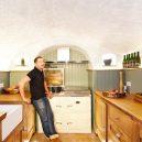 Z opuštěné jeskyně pohodlné bydlení – podívejte se na neuvěřitelnou proměnu - TV-house-exclusive–Cave-conversion1