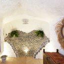 Z opuštěné jeskyně pohodlné bydlení – podívejte se na neuvěřitelnou proměnu - TV-house-exclusive–Cave-conversion7
