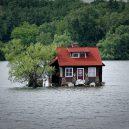 """Kuriózní osamocený domek """"plující"""" na hladině řeky - 35418045676_561888b1c4_b"""