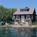 """Kuriózní osamocený domek """"plující"""" na hladině řeky - 3f3b2db8369242fab83ccf6fb0637777"""