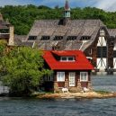 """Kuriózní osamocený domek """"plující"""" na hladině řeky - 838f1e1bd69e4edbbdbe6ba287a3093b"""