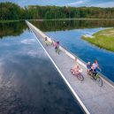 Cyklostezka vedoucí pod hladinou belgického rybníka - afs