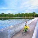 Cyklostezka vedoucí pod hladinou belgického rybníka - Fietsen-door-water-Bokrijk