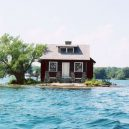 """Kuriózní osamocený domek """"plující"""" na hladině řeky - island-house"""