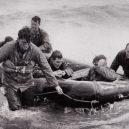 Legendární snímek pořízený během krvavé Operace Overload - beach_rescue-e1559682401373-1920×696